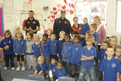 Graham Johncock and Andrew McLeod with Coober Pedy Junior School students & teachers (Photo courtesy AFC)